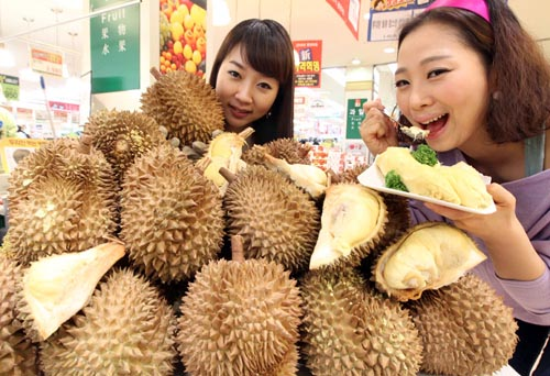 Models eating durian a...