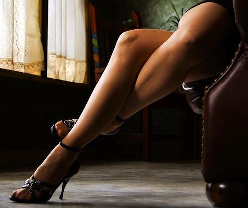 между ног у сидячих фото