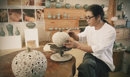 Post image for A video of Korean ceramic decorative techniques